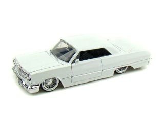 1963 Chevy Impala w/ wired wheels 1/24 White: Toys & Games