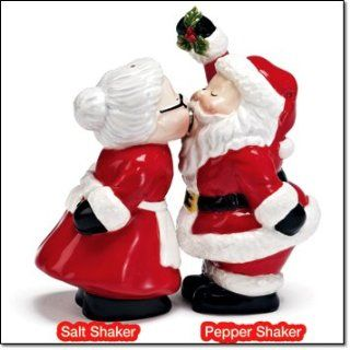 Avon Santa and Mrs Clause Kissing Salt and Pepper Shakers Kitchen & Dining